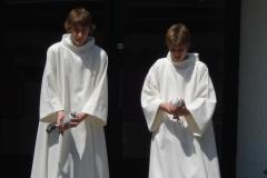 Malleray 2010 - Messe TV, enfants de choeur avec colombes